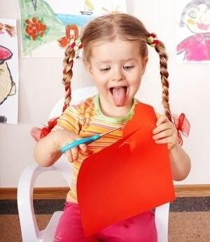 Как научить ребенка вырезать из бумаги