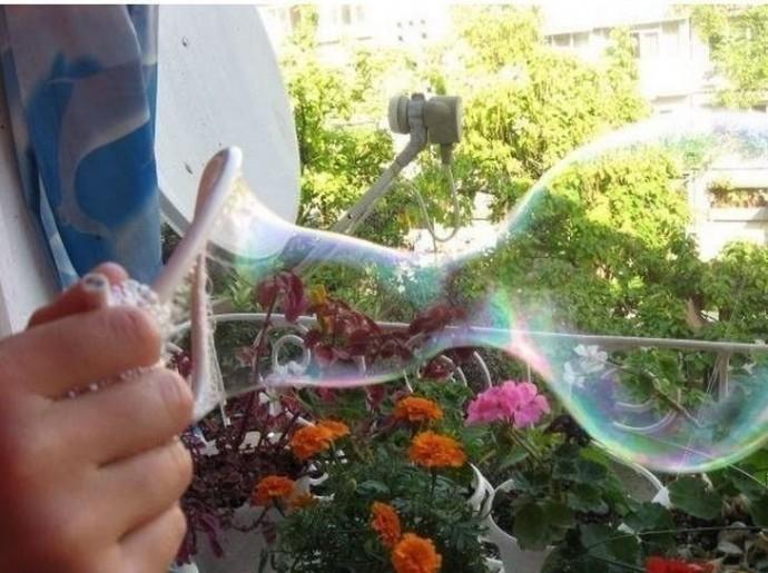 """""""Крепкие"""" мыльные пузыри детскими руками"""