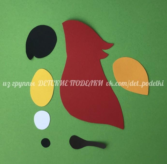 Объемный попугай среди листьев