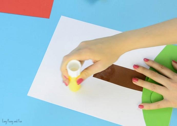 Творческое занятие для малышей в виде аппликации с кружочками