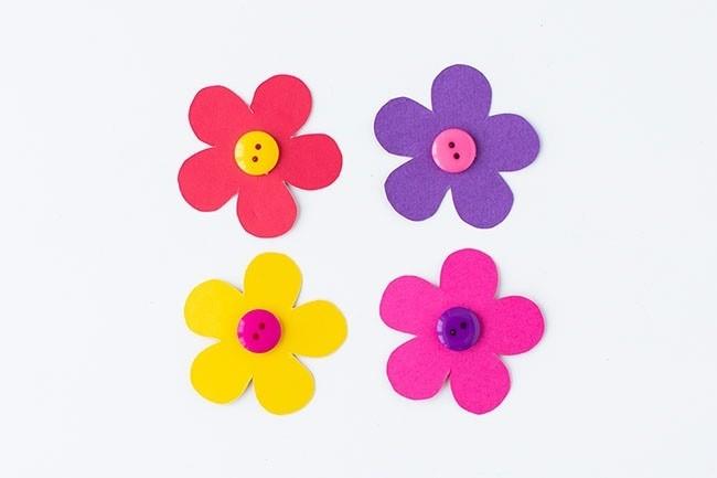 Цветочная грядка из картонных лотков