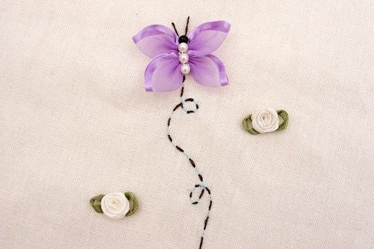 Вышивка бабочек лентами
