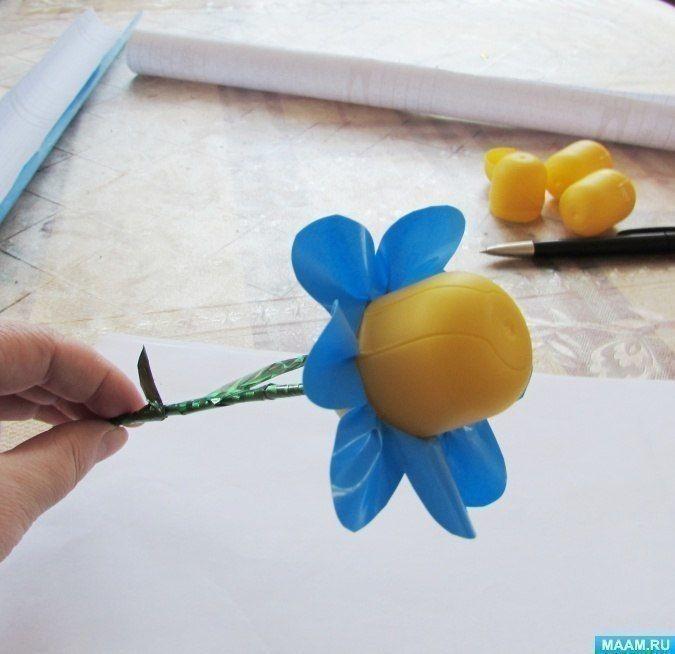 Цветочки из контейнеров от киндер-сюрпризов