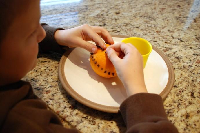 Ёлочная игрушка из апельсина с гвоздикой 3