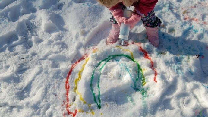 Рисование на снегу разноцветной водой 2