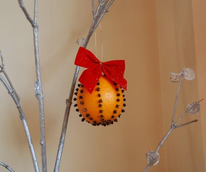 Ёлочная игрушка из апельсина с гвоздикой 0