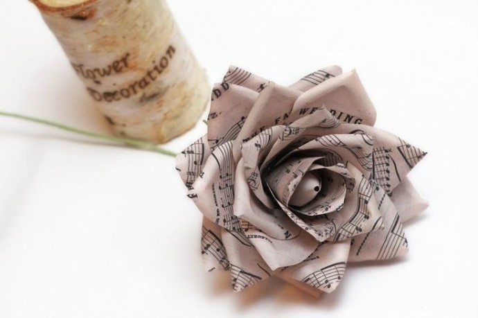 Цветы из газет и листов книг