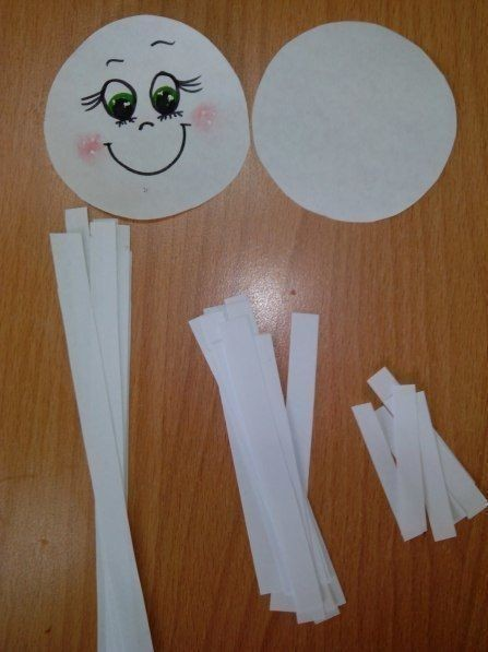 Обилие объемных снежинок из бумаги