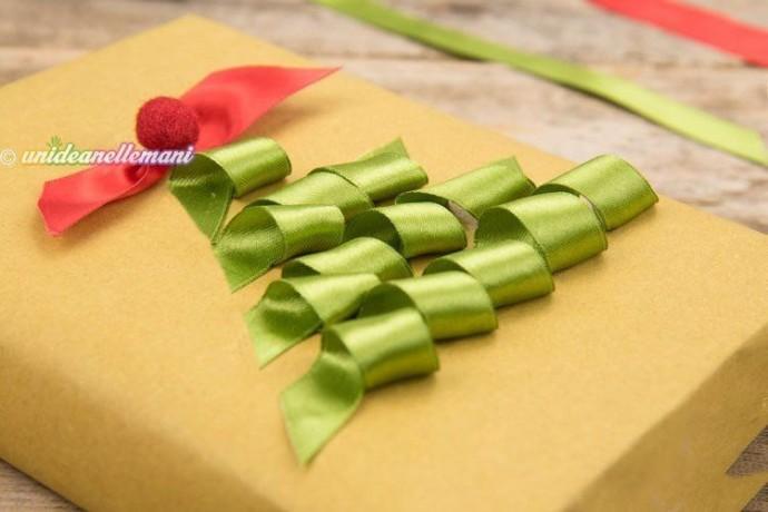 Упаковка подарка другу с украшением ёлочкой из атласных лент 4