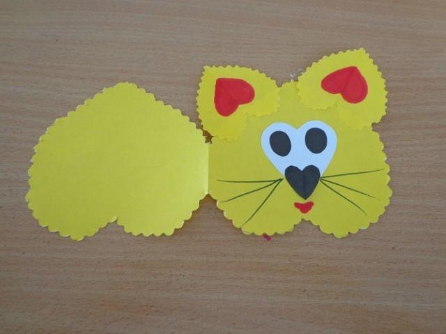Котик из плотной бумаги на основе сердечек