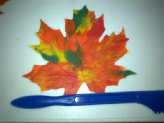 Лист с рябиной из пластилина