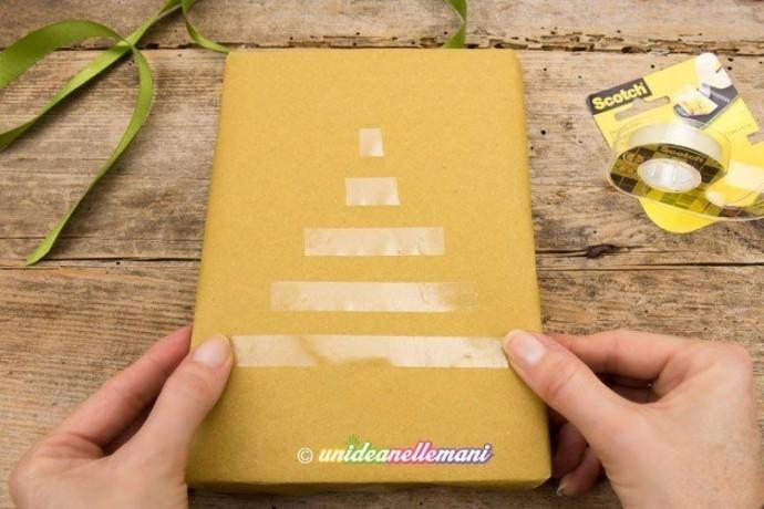 Упаковка подарка другу с украшением ёлочкой из атласных лент 1