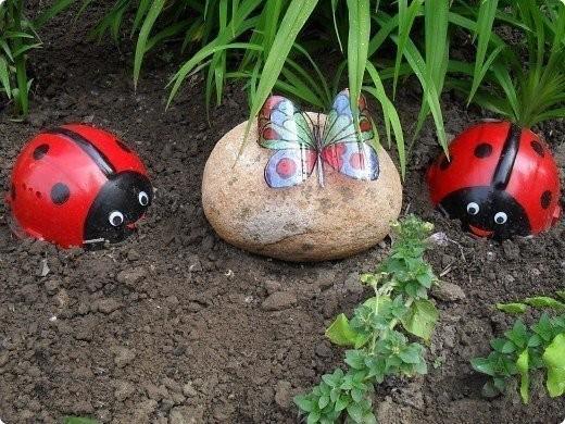 Делаем милых Божьих коровок из камней