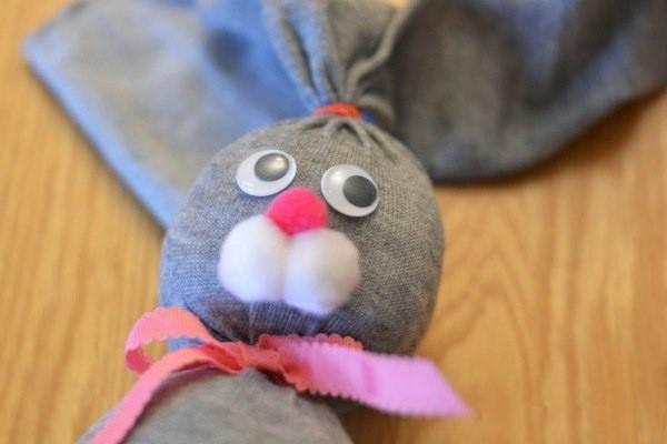 Пасхальные крольчата из носочков