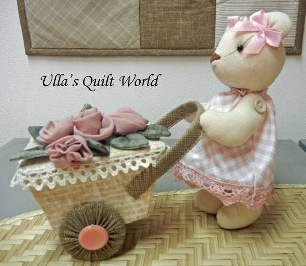 Мишка-девочка с тележкой: мягкая игрушка детскими руками