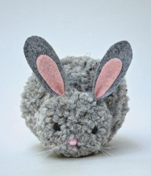 Кролик из помпонов и фетра
