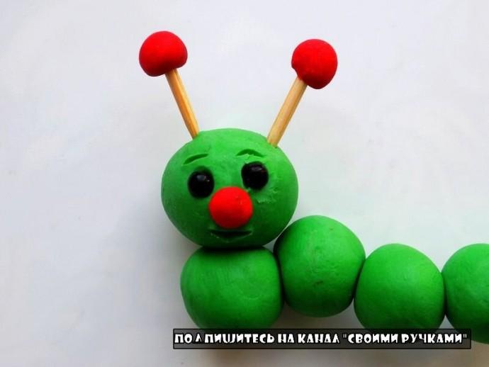 Забавная гусеница из пластилина