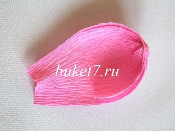 Крокусы из конфет из гофрированной бумаги 4