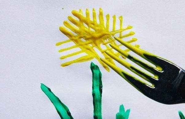 Одуванчики, которые нарисованы с помощью вилки