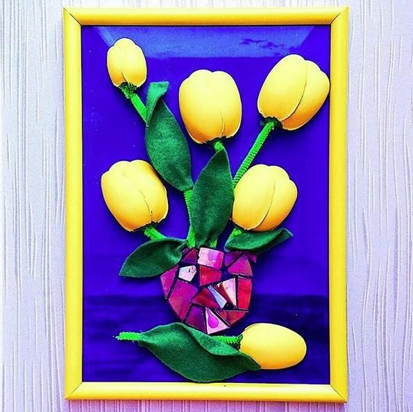 Панно из желтых тюльпанов из пластиковых ложек