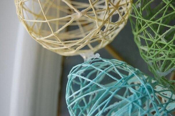 Декоративные яйца из ниток и клея ПВА