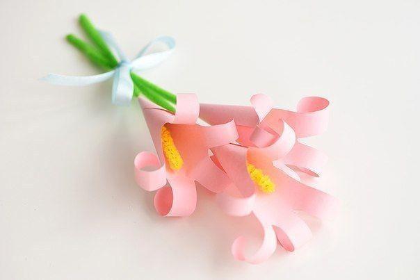 Объемные лилии из цветной бумаги на основе обведенных детских ладошек