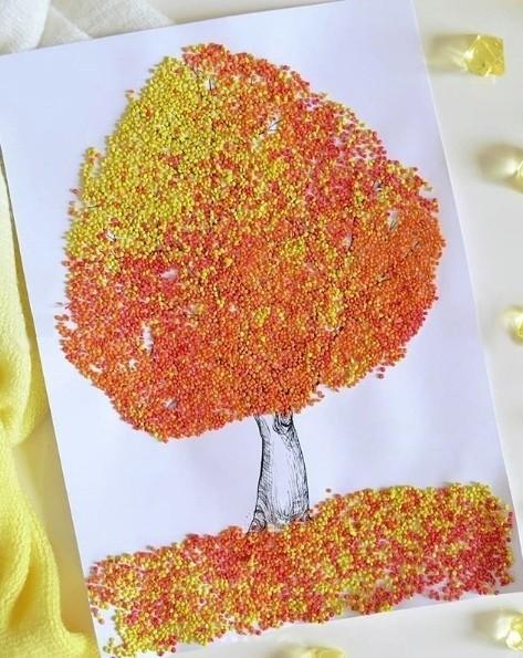 Осеннее дерево из крашеного пшена