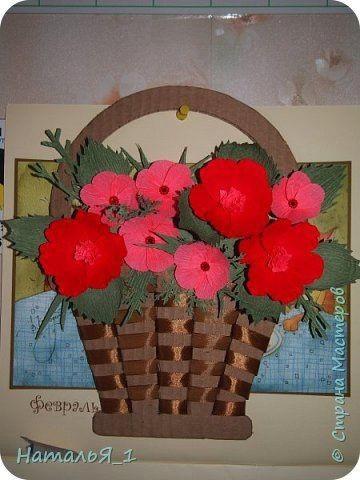 Плетеная корзинка с цветами красных тонов