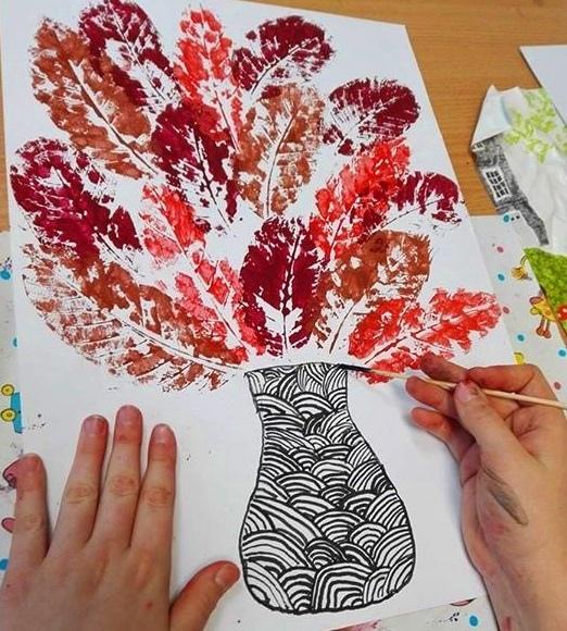 Поделка с отпечатками осенних листьев
