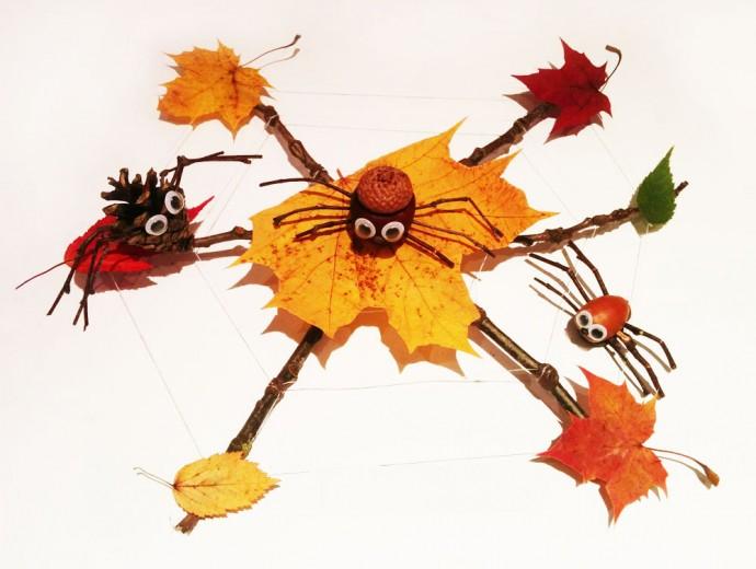 Паук на паутине из природного материала