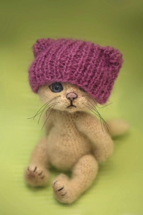 Котик в шапочке