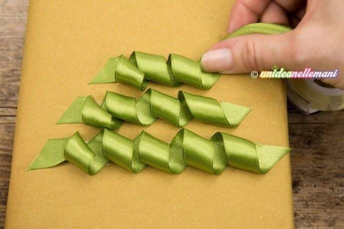Упаковка подарка другу с украшением ёлочкой из атласных лент 3