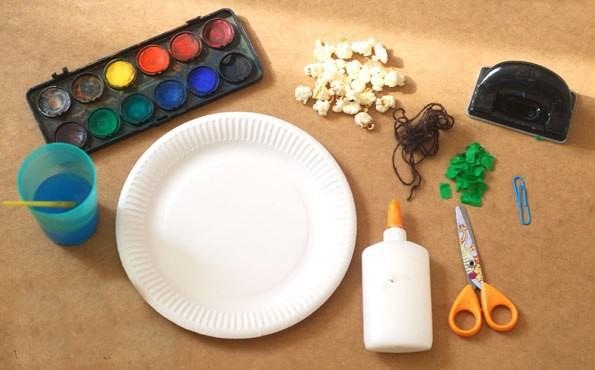 Объемная картина из одноразовой тарелки и попкорна