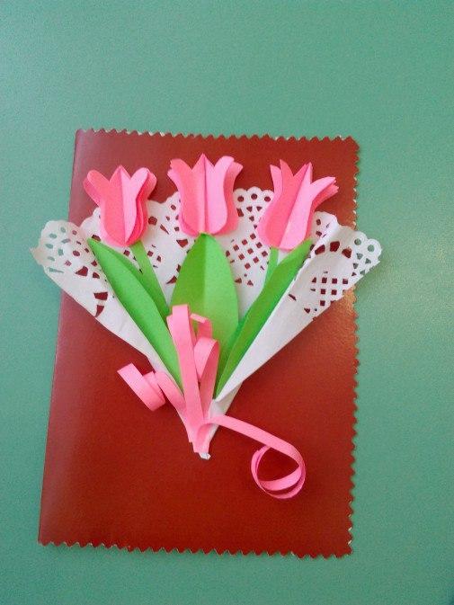 Букет из тюльпанов в кружевной салфетке