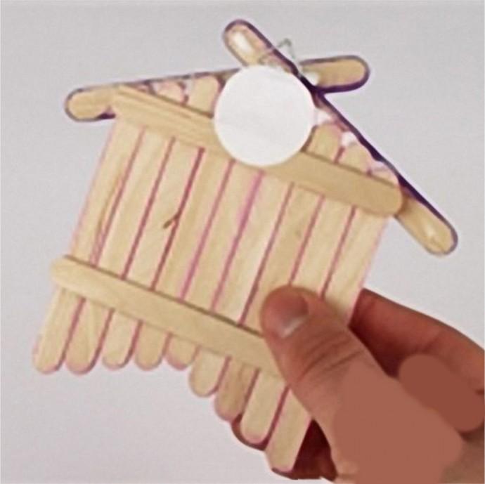 Поделка из палочек от мороженого в виде домика для птички
