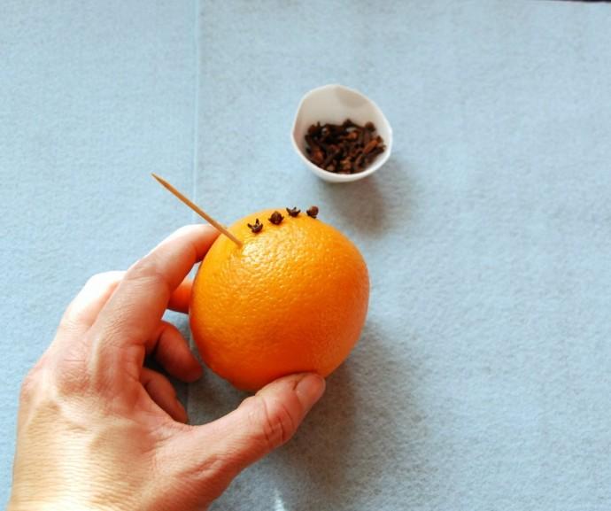 Ёлочная игрушка из апельсина с гвоздикой 1