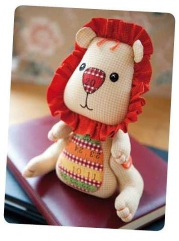 Мягкая игрушка в виде львёнка