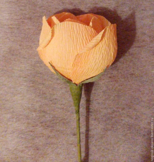 Учимся делать розу из гофрированной бумаги с конфеткой в середине 0