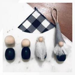 Гномики из пряжи, бусин и лоскутка ткани