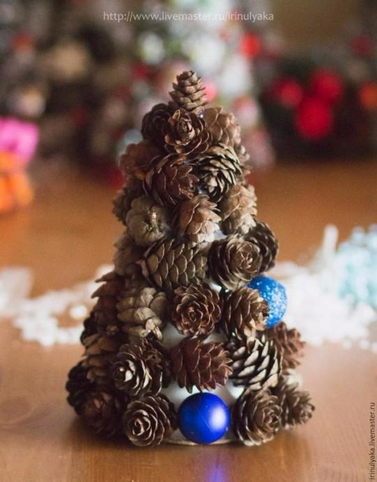 Новогодняя ёлка из шишек 4