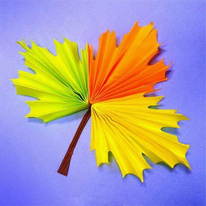 Трехцветный кленовый листик из цветной бумаги