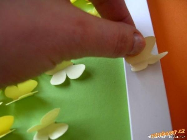 Красивое панно с бумажными бабочками