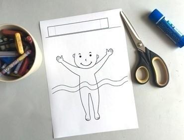 Малыш в объёмном круге для купания