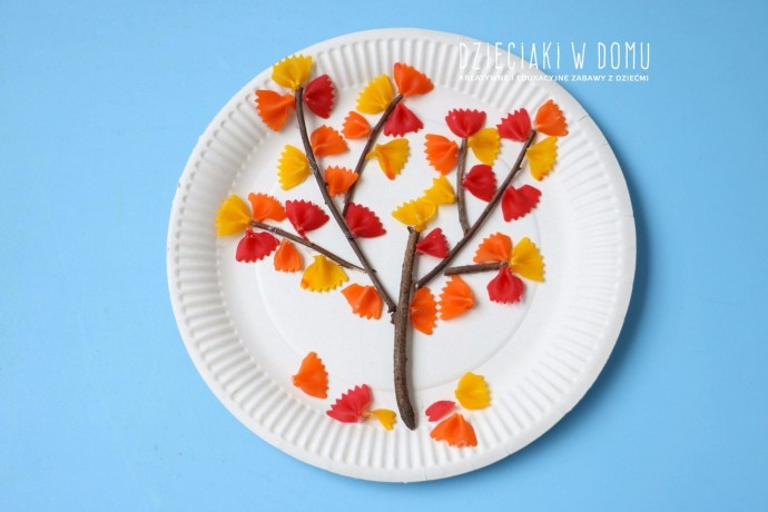 Дерево с листьями из разноцветных макарон