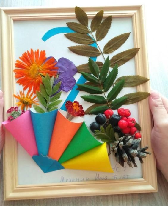 Объемная работа из бумаги и природного материала