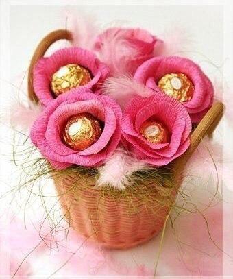 Розы из гофрированной бумаги и конфет