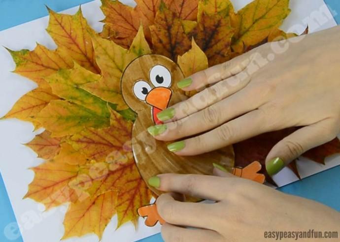 Павлин из осенних листьев