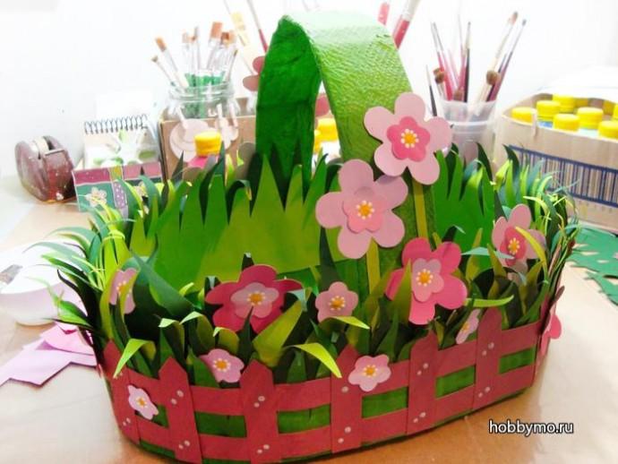 Картонная корзинка с объемными цветами и травушкой-муравушкой