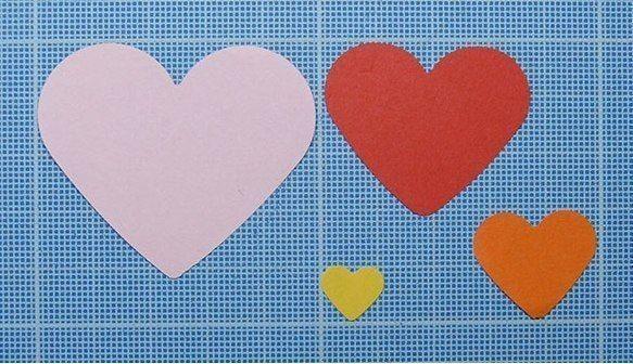 Объемная аппликация из сложенных пополам сердечек 1