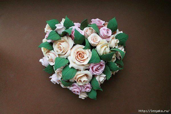 Сердечко из роз, слепленных из полимерной глины